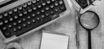 Weiße Schreibtischtabelle mit alter Schreibmaschine, Seilen, Muscheln und Lupe Draufsicht mit Kopienraum, flache Lage Stockfotos
