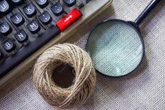 Weiße Schreibtischtabelle mit alter Schreibmaschine, Seilen, Plan, Notizbuch, Lupe und Stift Draufsicht mit Kopienraum, flache La Stockfotografie
