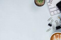 Weiße Schreibtischtabelle mit Architekten Beschneidungspfad eingeschlossen Stockfotografie
