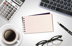 Weiße Schreibtischtabelle mit Laptop, Taschenrechner, Stift, Tasse Kaffee, Notizblock und Glas Draufsicht mit Kopienraum, flache  Lizenzfreie Stockbilder
