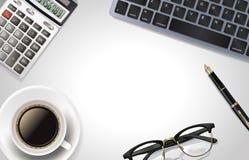 Weiße Schreibtischtabelle mit Laptop, Taschenrechner, Stift, Tasse Kaffee und Glas Draufsicht mit Kopienraum Stockfotografie