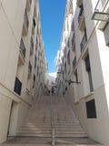 Weiße Schritte über dem hügeligen Lissabon stockbild