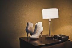 Weiße Schuhe auf einer Tabelle 3284 stockfotografie