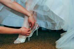 Weiße Schuhe der Braut lizenzfreie stockfotos