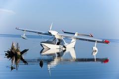 Weiße Seeflugzeugreflexion und blauer See Lizenzfreies Stockfoto