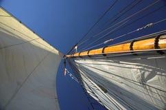 Weiße Segel, blauer Himmel Stockbilder