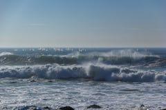 Weiße Segel von Windsurfers auf Wellen-Portugal-Küste lizenzfreie stockfotos