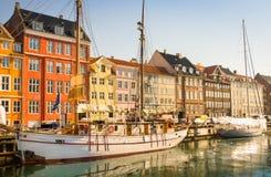 Weiße Segelboote in idyllischem Kopenhagen stockbilder
