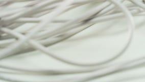 Weiße Seilzüge Kamera, die von bis unten sich bewegt stock footage