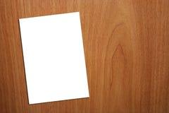 Weiße Seite A4 auf hölzernem Hintergrund Stockbild