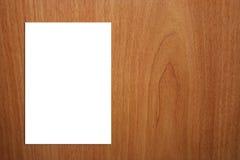 Weiße Seite A4 auf hölzernem Hintergrund - Version 2 Lizenzfreie Stockbilder