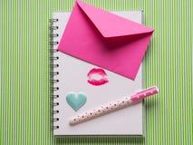 Weiße Seite mit mädchenhaftem Stift und Kuss Stockfotos