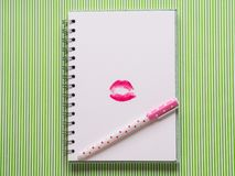 Weiße Seite mit mädchenhaftem Stift und Kuss Stockbild