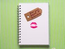 Weiße Seite mit mädchenhaftem Stift und Kuss Stockbilder
