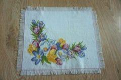 Weiße Serviette mit Segeltuch mit gestickten Blumen Stockbilder