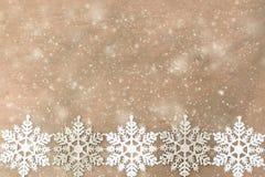 Weiße, silberne Schneeflocken auf dem hölzernen Hintergrund stockfoto