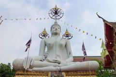 Weiße sitzende Statue Buddhas Lizenzfreies Stockbild