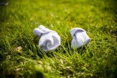 Weiße Socken auf Gras Lizenzfreies Stockfoto