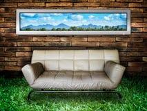 Weiße Sofa Backsteinmauer und grünes Gras Stockfotografie