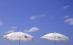 Weiße Sonnenschirme Lizenzfreie Stockfotos