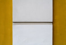 Weiße Spalte auf gelbem Hintergrund Lizenzfreies Stockbild