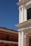 Weiße Spalten auf einem Gebäude Lizenzfreies Stockfoto