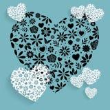 Weiße Spitze-Hochzeits-Blumen-Herzen auf blauem Hintergrund Stockfotografie