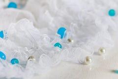 Weiße Spitze mit Perlen Stockfotos