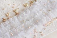 Weiße Spitze mit Perlen Lizenzfreie Stockbilder