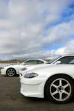Weiße Sportautos an der Rennbahn Lizenzfreies Stockfoto