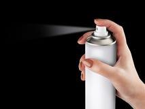 Weiße Spraydose lokalisiert auf schwarzem Hintergrund auf der Frauenhand, Aero Stockfotografie