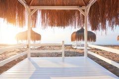 Weiße Stühle auf dem Strandurlaubsort berühmte Amara Dolce Vita Luxury Hotel rücksortierung Tekirova-Kemer Die Türkei stockfotos