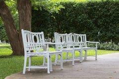 Weiße Stühle auf der Bahn. Stockfotografie