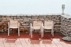 Weiße Stühle auf einem Balkon Stockfotografie