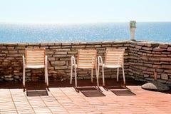 Weiße Stühle auf einem Balkon Lizenzfreie Stockbilder