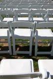 Weiße Stühle für im Freienereignis stockbild