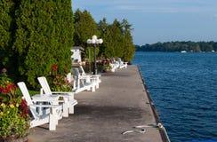 Weiße Stühle und Blumen Lizenzfreie Stockbilder