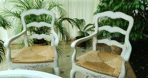 Weiße Stühle und Glastisch stock footage