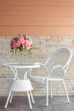 Weiße Stühle und Tabelle Stockfoto