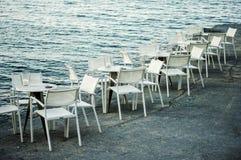 Weiße Stühle und Tabellen Lizenzfreie Stockfotos