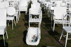 Weiße Stühle zum Gedenken an Opfer von Erdbeben 2010 Stockfotografie