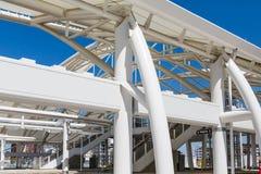Weiße Stahlträger auf Verbands-Station Stockbilder