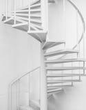 Weiße Stahlwendeltreppe und weiße Wand Lizenzfreie Stockfotos