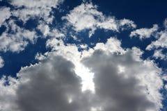 Weiße starke flaumige Wolken auf einem blauen Himmel Stockfotografie