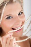 Weiße starke Zähne und Perlen Stockfoto