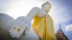 Weiße Statue Buddhas in buddhistischem Tempel Wat Prang Luangs (allgemeiner Tempel) in Nonthaburi, Thailand lizenzfreie stockbilder
