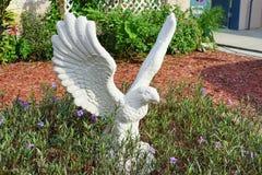 Weiße Statue des Adlers Stockbilder