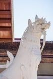 Weiße Statue des Löwes Stockfotografie