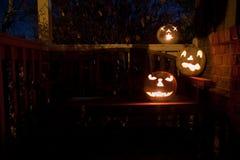 Weiße Steckfassung o'lanterns auf einer Bank nachts Stockfotos