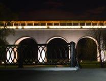 Weiße Steinbrücke im Stadtpark nachts Stockfotos